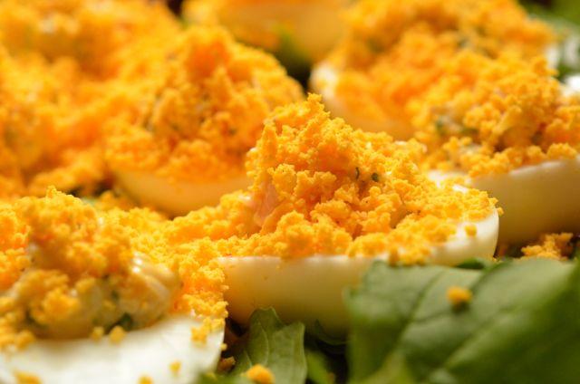 簡単でおしゃれ!食卓に春を呼ぶミモザ・サラダ