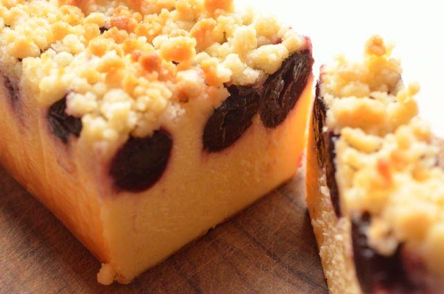 ベイクドでもしっとりやわらかいレア感 チェリー&クランブルのチーズケーキ