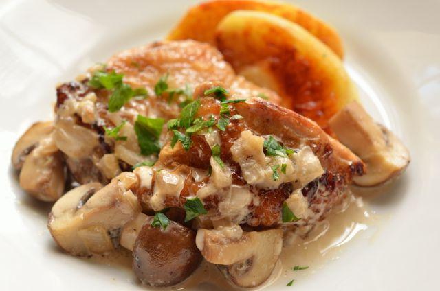 秋の簡単フレンチ 鶏肉のシードル煮込み りんご添え